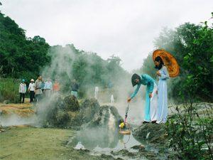 Hình ảnh luộc trứng của các cô gái bên vòi phun của suối khoáng Bang