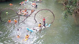 du khách tham quan công viên ozo - địa điểm sống ảo ở quảng bình