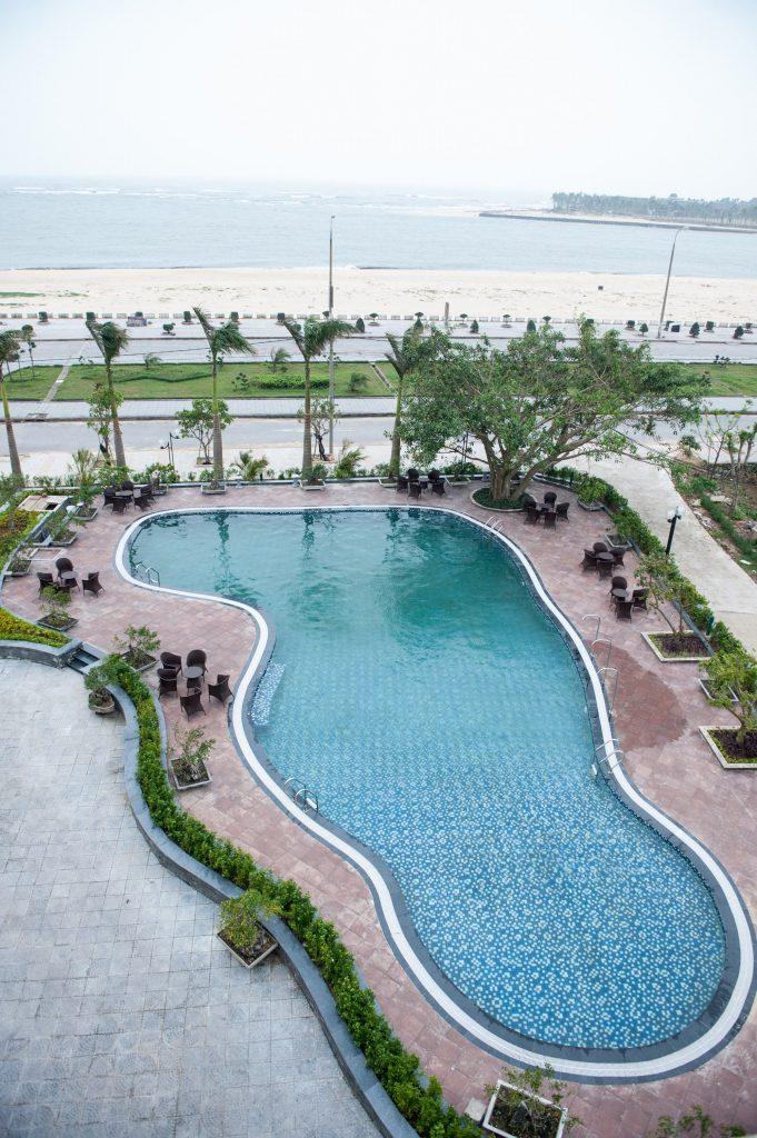 bể bơi mường thanh holiday hotel